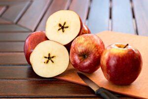 Obierać jabłka
