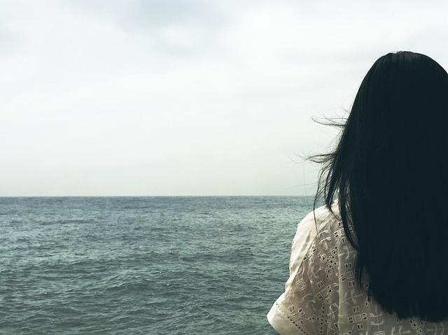 Czarne włosy na plecach