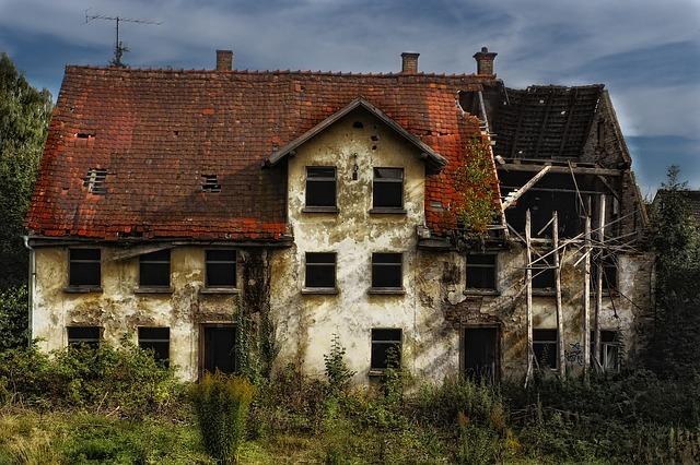 Walący się dom